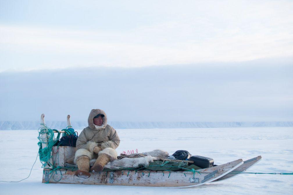 Un chasseur rentre à Siorapaluk sur la banquise du fjord MacCormick.