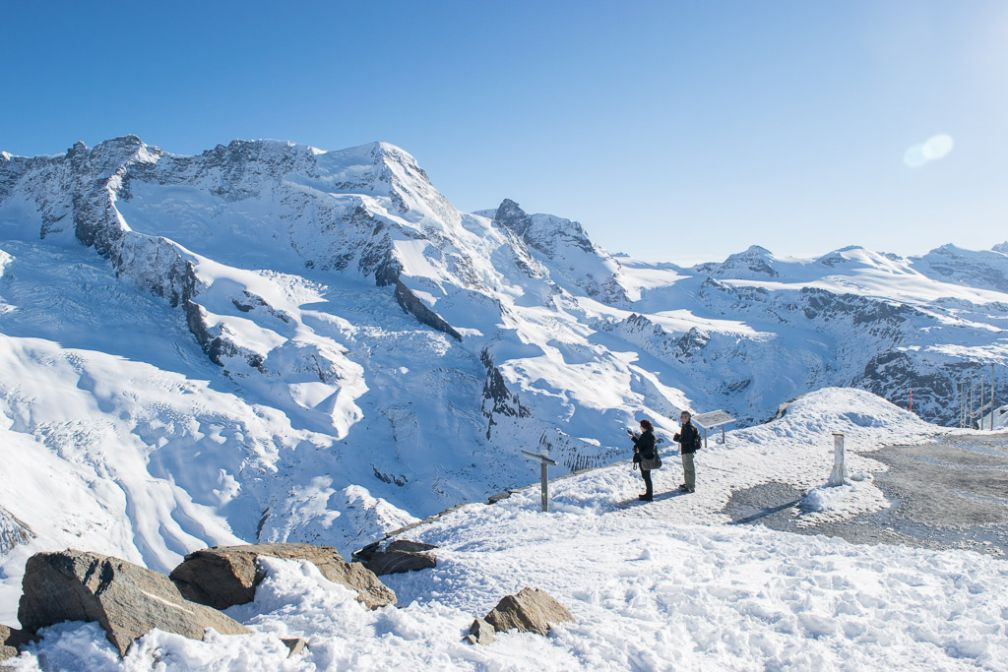Vue vertigineuse sur le glacier de Théodule depuis la station d'arrivée du téléphérique sur le Klein Matterhorn (Petit Cervin). © Yonder.fr