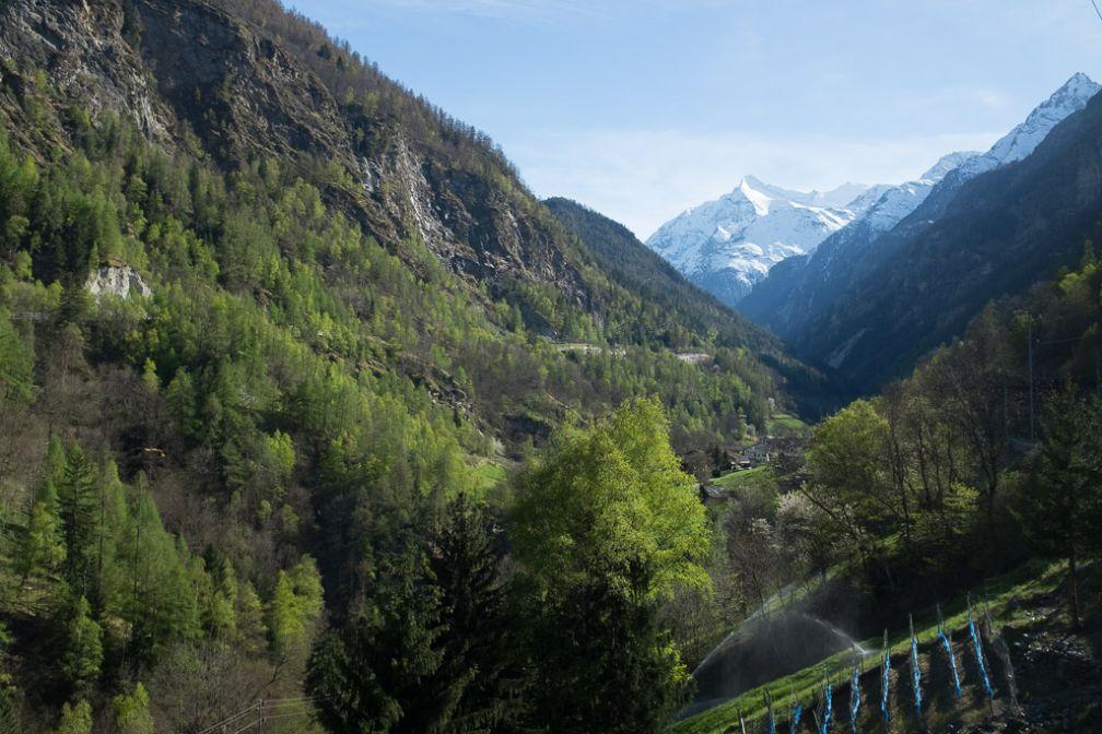 Le train entre Visp et Zermatt offre des vues superbes tout au long du trajet. © Yonder.fr