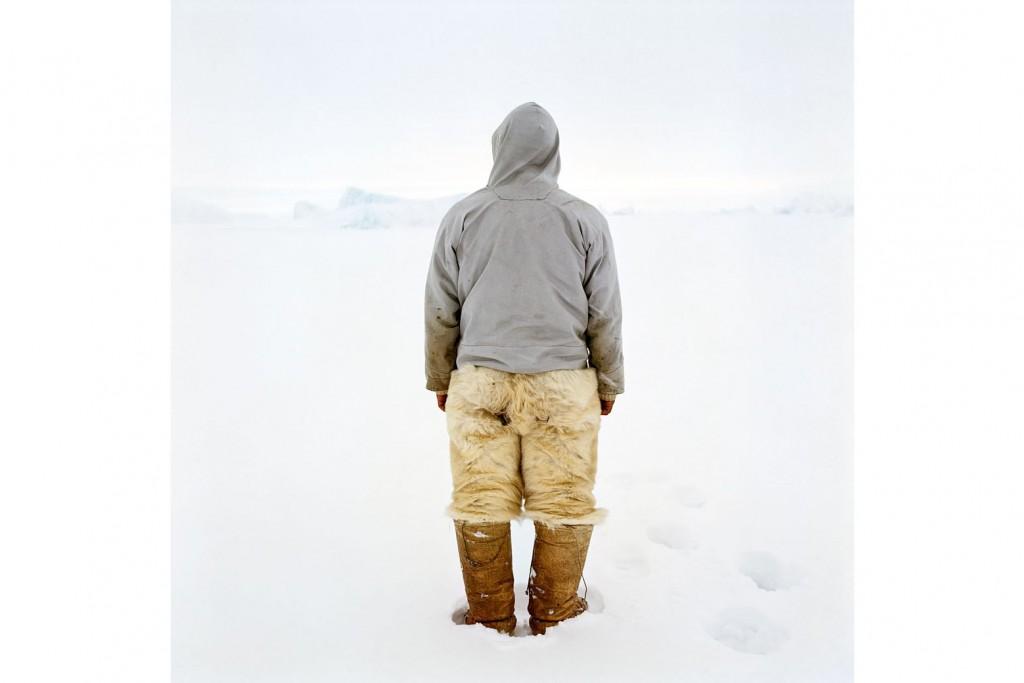 Rencontre avec la photographe finlandaise Tiina Itkonen, qui évoque sa découverte du Groenland en 1995 et le travail qu'elle y mène depuis maintenant plus de vingt ans. Des portraits des Inughuit photographiés dans l'intimité de leur maison aux spectaculaires vues panoramiques des paysages de neige et de glace.