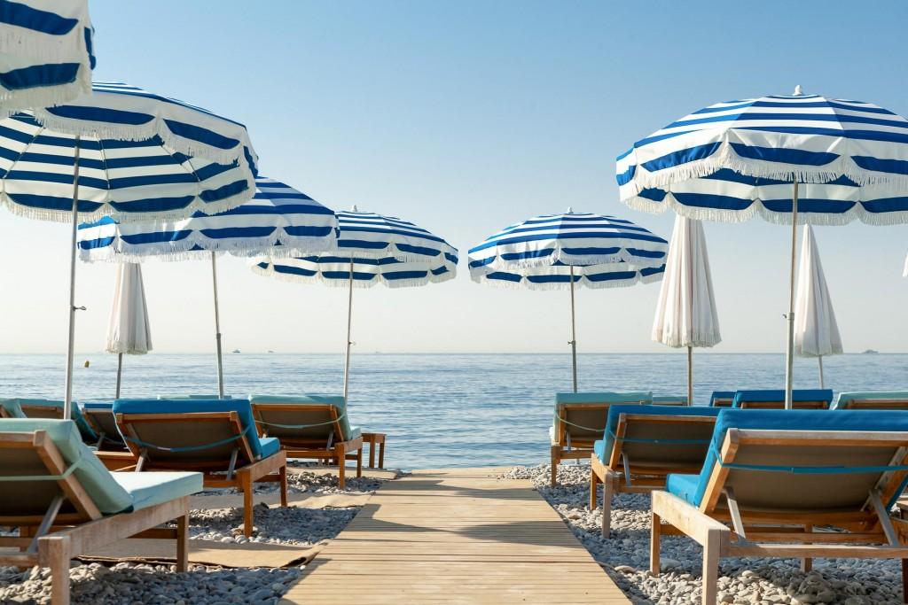 Après ses deux pieds à terre parisiens, c'est au bord de la Méditerranée, à Nice, que l'équipe des Hôtels Amour pose ses valises. Au programme, un boutique-hôtel de 38 clés, un bar-restaurant, une piscine sur le toit côté ville ; une plage privée le long de la Promenade des Anglais côté mer.