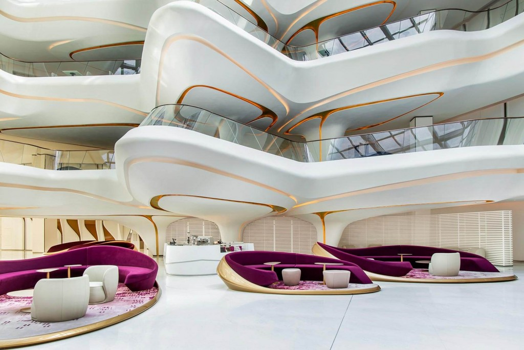 À deux pas du Burj Khalifa, un gratte-ciel futuriste tout en courbe accueille désormais l'hôtel ME Dubai, entièrement dessiné par l'architecte star Zaha Hadid. Visite de cette étonnante adresse au décor de science-fiction.