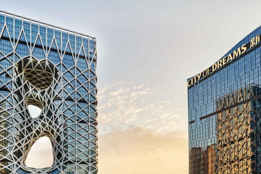 Avec son architecture avant-gardiste, sa piscine perchée à 130 mètres d'altitude et ses restaurants ouverts en collaboration avec Pierre Hermé ou Alain Ducasse, l'hôtel de luxe imaginé par Zaha Hadid est le nouveau spot incontournable de Macao.