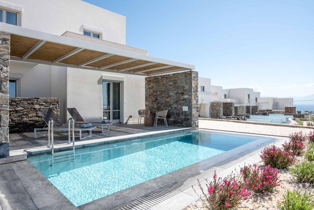 Inauguré en mai 2019, le Summer Senses a ouvert ses portes sur l'île de Paros dans les Cyclades. Perché au sommet d'une colline dominant le port de Piso Livadi, avec la mer Egée en toile de fond, le resort offre 5-étoiles et des services très complets, notamment pour les familles.