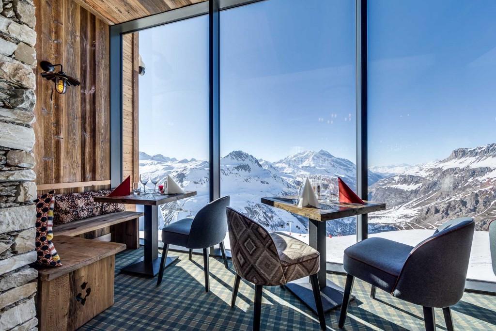 Perché à 2,551 mètres d'altitude et surplombant Val d'Isère Le Refuge de Solaise tutoie les sommets dans l'ancienne gare du téléphérique éponyme. Au programme : dortoir de luxe, chambres et appartements tout confort, restaurants panoramiques, piscine de 25 mètres, jacuzzi et spa. Une pépite.