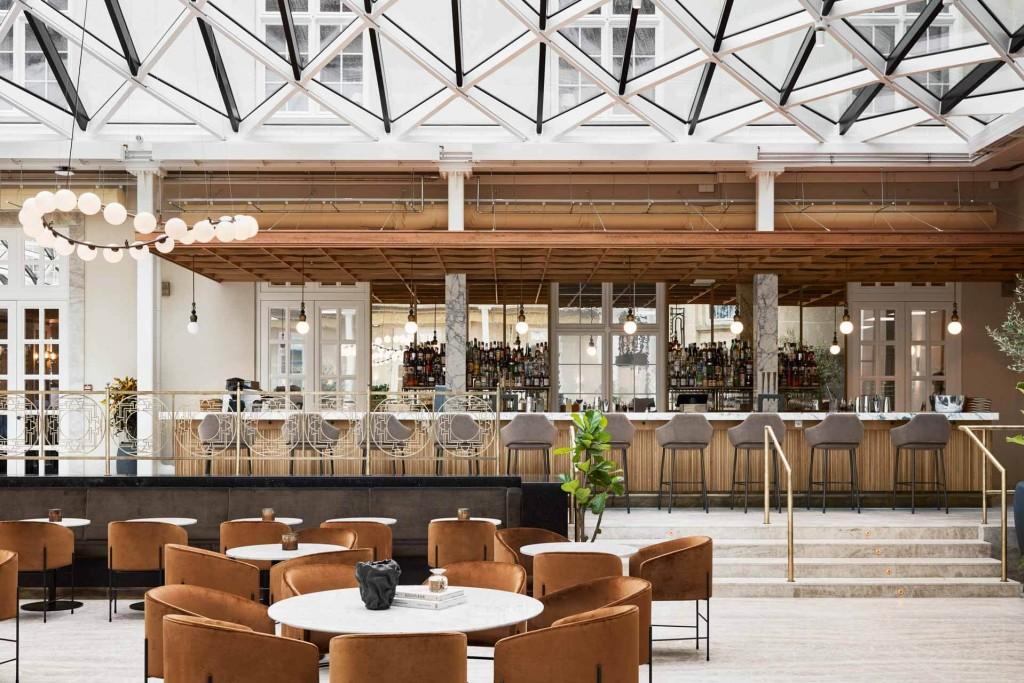 Villa Copenhagen a ouvert ses portes l'été dernier à Copenhague, dévoilant un lieu de vie XXL avec 390 chambres, trois restaurants, une boulangerie danoise et sur le toit, une piscine ou un jardin bio. Visite en images.