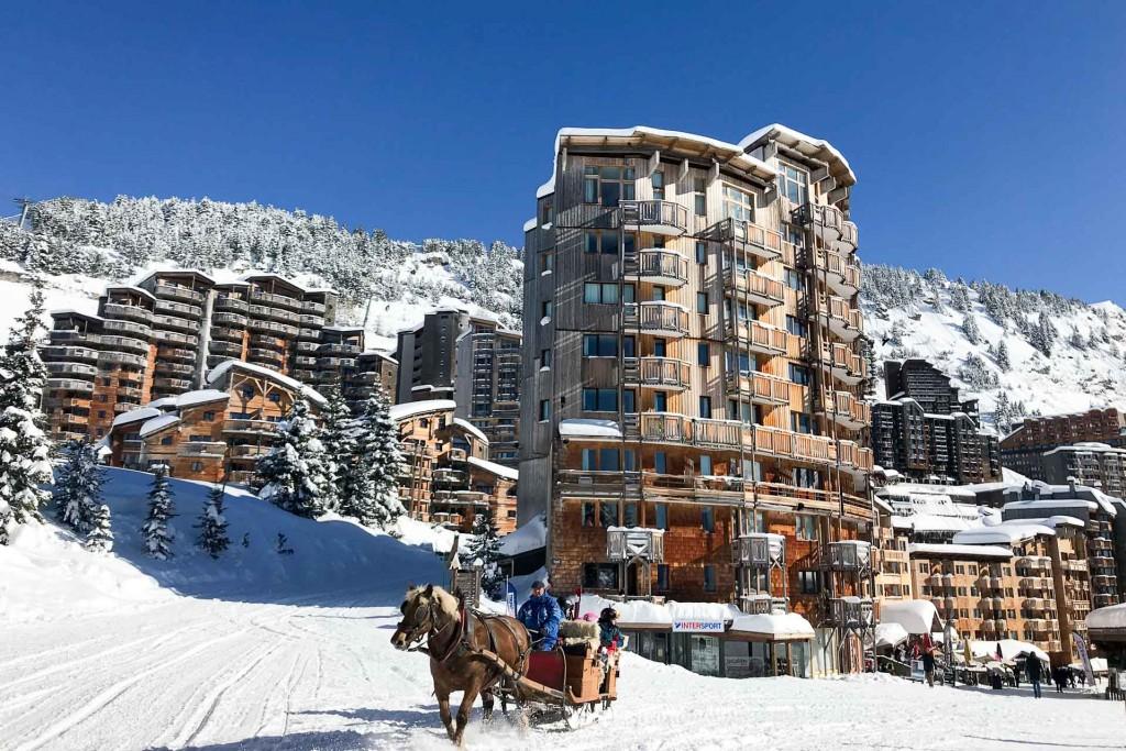 Au cœur du domaine « Les Portes du Soleil », la station d'Avoriaz ne cesse de se réinventer. Entre grand ski, restaurants branchés et ouvertures d'hôtels, laissez-vous guider dans l'un des plus grands domaines skiables du monde.
