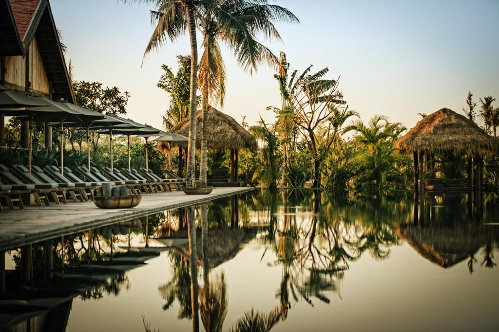 Après Megève, la famille Zannier ouvre au Cambodge, et à deux pas des temples d'Angkor, une seconde adresse somptueuse, Phum Baitang. Visite en images d'un resort spectaculaire dont l'architecture a été confiée  à l'agence parisienne AW²