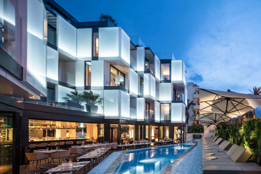 C'est l'une des ouvertures les plus marquantes de la saison à Ibiza. En plein cœur de la ville, à deux pas du Pacha, le premier établissement méditerranéen des Sir Hotels a ouvert ses portes. Visite en images du Sir Joan, un établissement estampillé Design Hotels.