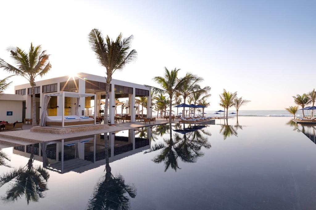 Après avoir dévoilé un spectaculaire hôtel à plus de 2 000 mètres d'altitude dans les montagnes d'Oman, Anantara double la mise à Oman grâce à un somptueux resort avec villas privées sur la côte sud du pays. Visite en images.