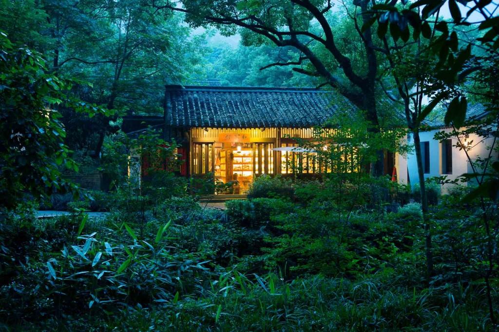 À deux pas d'Hangzhou et du célèbre Lac de l'Ouest, l'Amanfayun est l'une des propriétés les plus singulières signées Aman. Découverte d'une adresse qui a su habilement transformer un village chinois historique en hôtel au luxe discret.