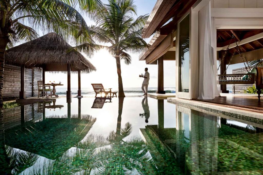 Île intimiste abritant seulement 20 villas avec piscines privatives, Naladhu est la destination idéale maldivienne pour les voyageurs en quête d'exclusivité et de luxe sur mesure, grâce à un service de majordome dédié 24h/24. Ses hôtes peuvent profiter des équipement des resorts voisins Anantara Dhigu et Veli.