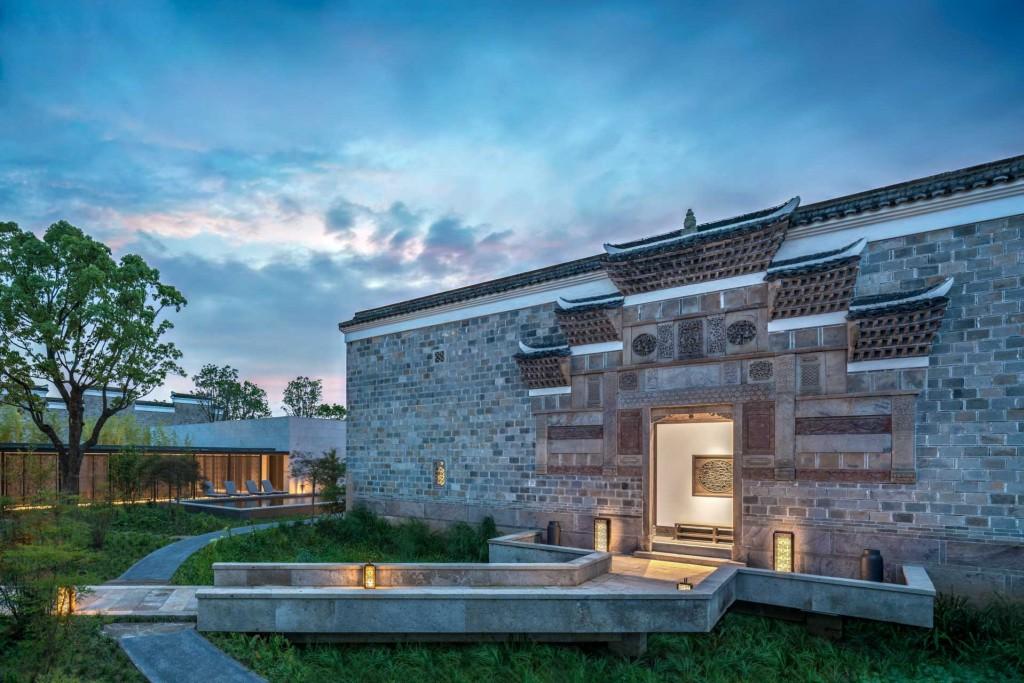 Relocalisation d'une forêt entière et reconstruction d'un village historique, c'est le pari fou relevé ensemble par l'entrepreneur chinois M. Ma Dadong et Aman. Visite en avant première d'Amanyangyun, le quatrième adresse du groupe en Chine, à deux pas de Shanghai.