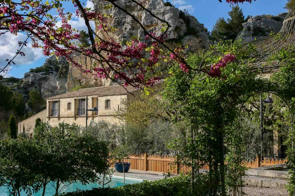 Le célèbre Relais & Châteaux provençal, qui a fêté ses 70 ans en 2015, connait une dynamique exceptionnelle sous l'impulsion du duo Jean André Charial - Glenn Viel. (Re)découverte de l'une des tables les plus mythiques de Provence.