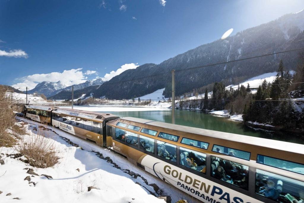 <p>Reliant trois régions, deux zones linguistiques et huit lacs, la GoldenPass Line est un véritable condensé de Suisse à elle toute seule ! Nous vous faisons découvrir en images cette célèbre ligne de train helvétique.</p>