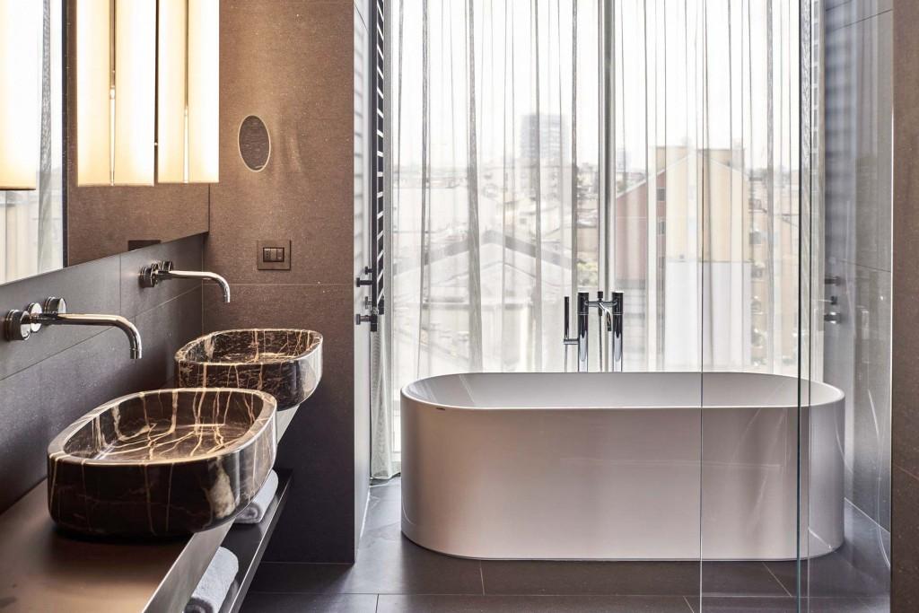 Jardin vertical, bâtiment vitré éco-durable, intérieurs contemporains, rooftop avec piscine et multiples restaurants, l'Hotel VIU Milan est l'une des ouvertures d'hôtels les plus marquantes de l'année dans la métropole italienne.