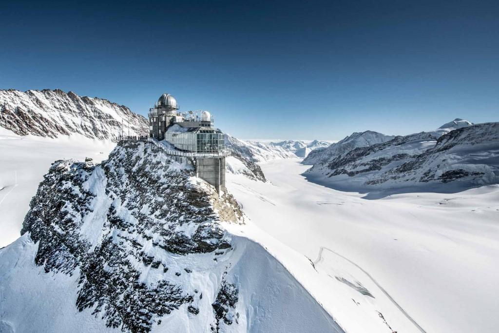 <p>Depuis plus d&rsquo;un siècle, la Jungfraubahn (Chemin de fer de la Jungfrau) dépose ses passagers dans la gare de chemin de fer la plus élevée d&rsquo;Europe, à exactement 3,454 mètres d&rsquo;altitude. Sur le &laquo;&nbsp;toit de l&#39;Europe&nbsp;&raquo;, le paysage de neige et de glace est tout simplement fascinant.&nbsp;</p>