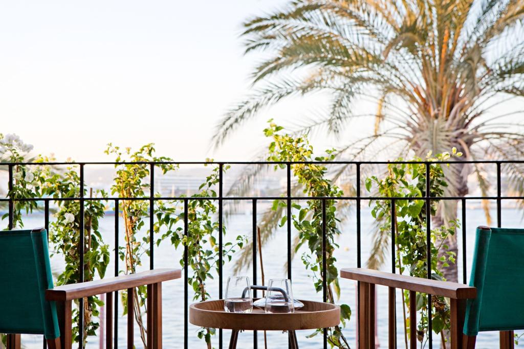 A l'étage du restaurant-terrasse 105 by La Cantine (par la même équipe que La Cantine du Faubourg à Paris), les « 105 Suites » offrent un élégant point de chute au cœur du port d'Ibiza. Découverte.