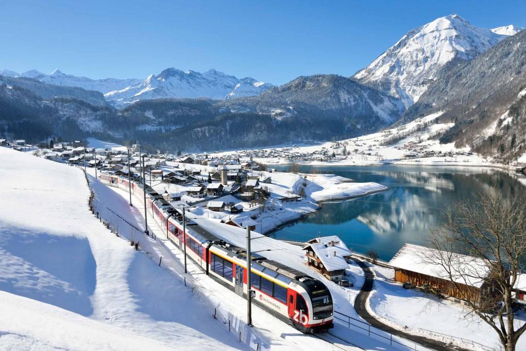 Oubliez l'avion et la voiture ! Pour partir découvrir en Suisse certains des plus beaux paysages d'Europe, profitez d'un des réseaux de train (et de transports publics) parmi les plus efficaces au monde. Tout le monde à bord !