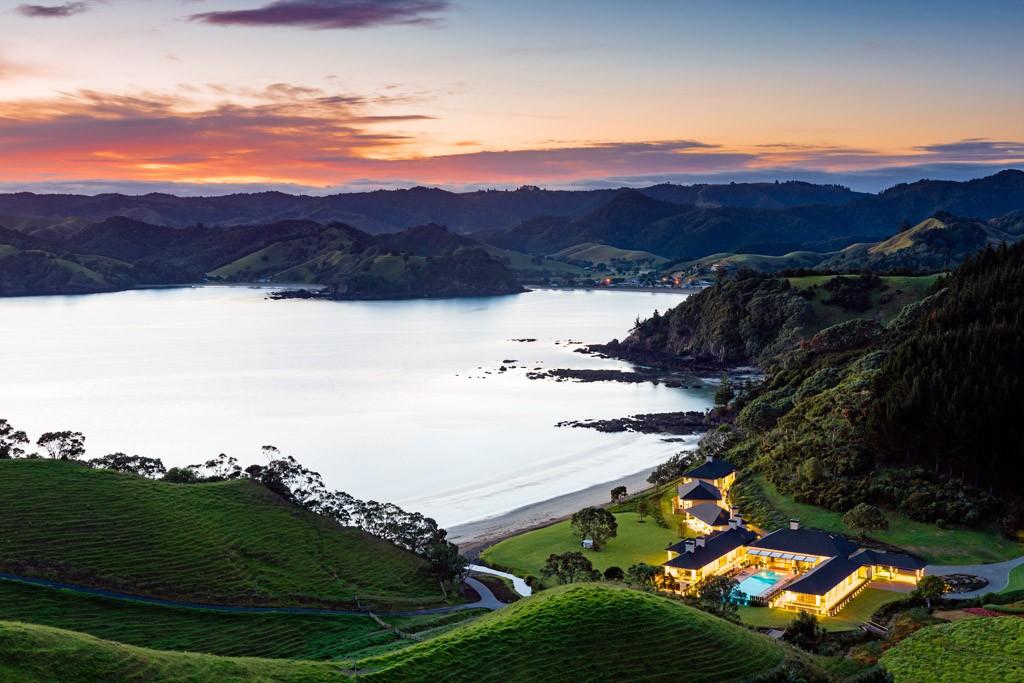 À 40 minutes d'hélicoptère d'Auckland (Nouvelle-Zélande), le très confidentiel Helena Bay Lodge mise sur le grand luxe et l'intimisme pour séduire une clientèle en quête d'expériences toujours plus mémorables. Découverte d'une adresse de rêve aux antipodes.