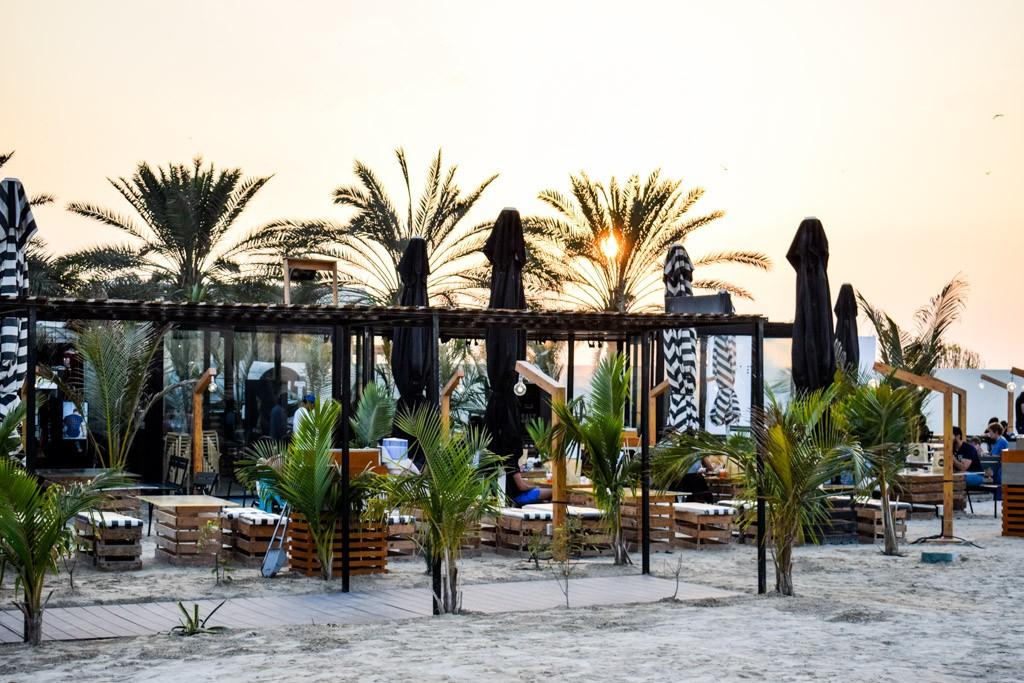 Non, Dubaï ne se limite pas à ses malls gigantesques et à ses hôtels de luxe démesurés. Pour vous en convaincre, nous avons sélectionné 20 des meilleures adresses de la ville. Rooftops, food trucks, bars sur la plage, clubs à ciel ouvert ou galeries d'art, il y en a pour tous les goûts.