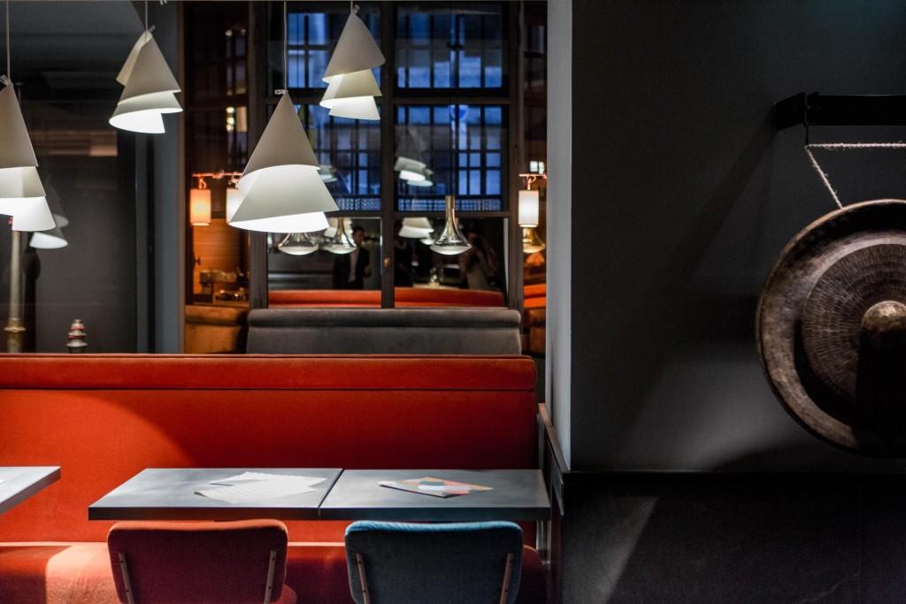 Avec son nouveau Spoon, Alain Ducasse ouvre une fenêtre sur les cuisines du monde dans l'enceinte du Palais Brongniart. Cuisine, décor, service, le nouveau « carnet de voyages » du chef multi-étoilé propose une expérience millimétrée réjouissante.