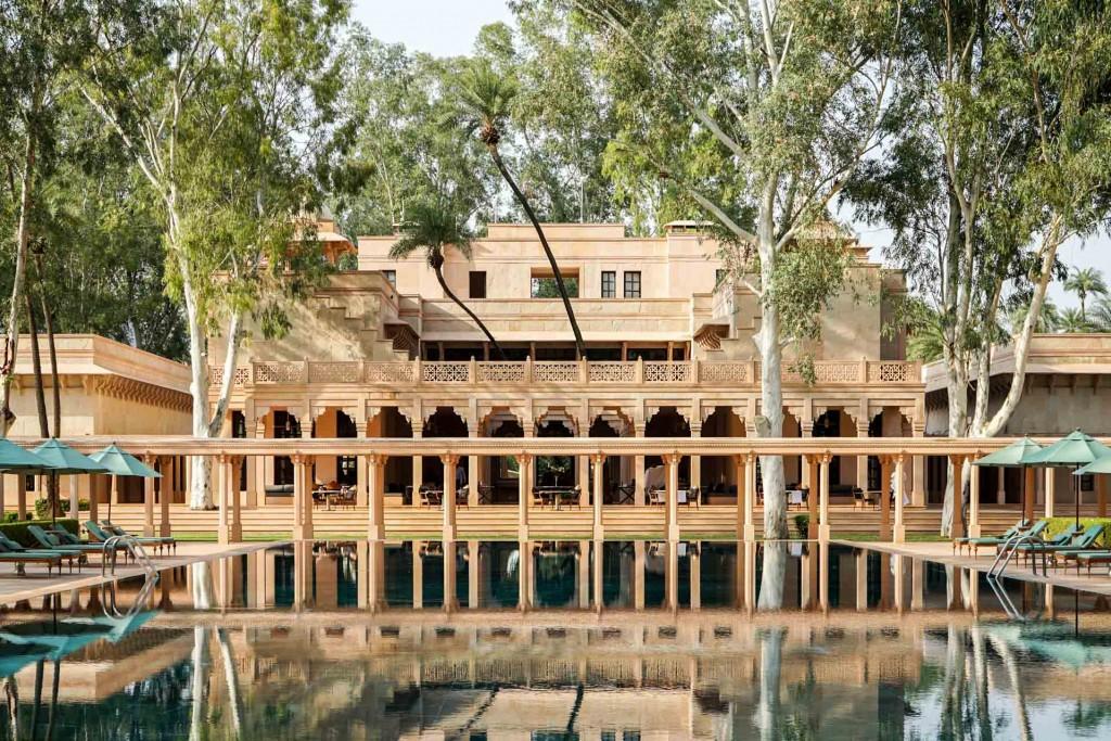 À deux heures de Jaipur, au cœur du Rajasthan, l'Amanbagh est l'un des plus beaux hôtels d'Inde. Visite guidée d'une adresse d'exception, véritable palais des temps modernes digne d'un décor de conte de fées.