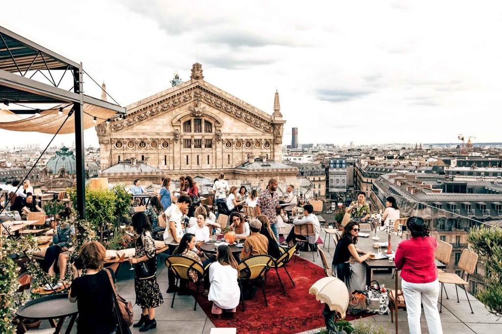 C'est LE rooftop de l'été. Perché sur le toit des Galeries Lafayette Haussmann, Créatures fait sensation avec sa cuisine végétarienne ensoleillée, son atmosphère chill et son approche respectueuse de l'environnement. On en profite tant avant qu'il ne soit trop tard !