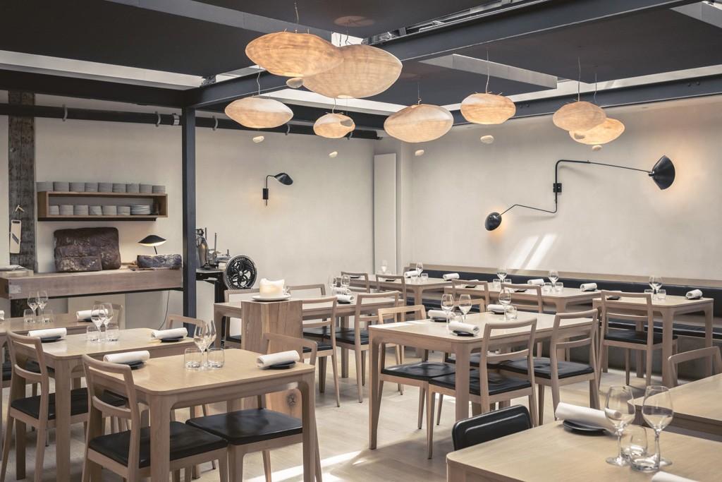 Depuis son ouverture en 2010 par le jeune chef Sven Chartier, Saturne casse les codes et séduit les foodies avec sa cuisine brute et son décor minimaliste. Découverte d'une table durablement installée dans le paysage gastronomique parisien.