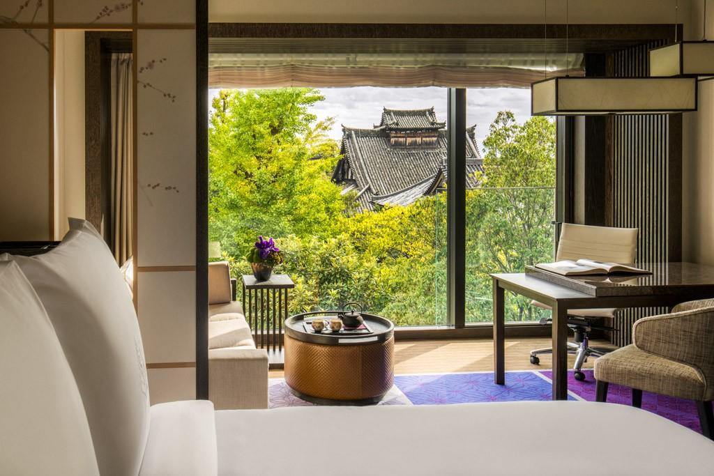 Dans le quartier des temples et au pied des montagnes d'Higashiyama, le Four Seasons Hotel Kyoto, niché au cœur d'un jardin traditionnel du XIIème siècle, est la nouvelle adresse de grand luxe de l'ancienne capitale impériale japonaise.