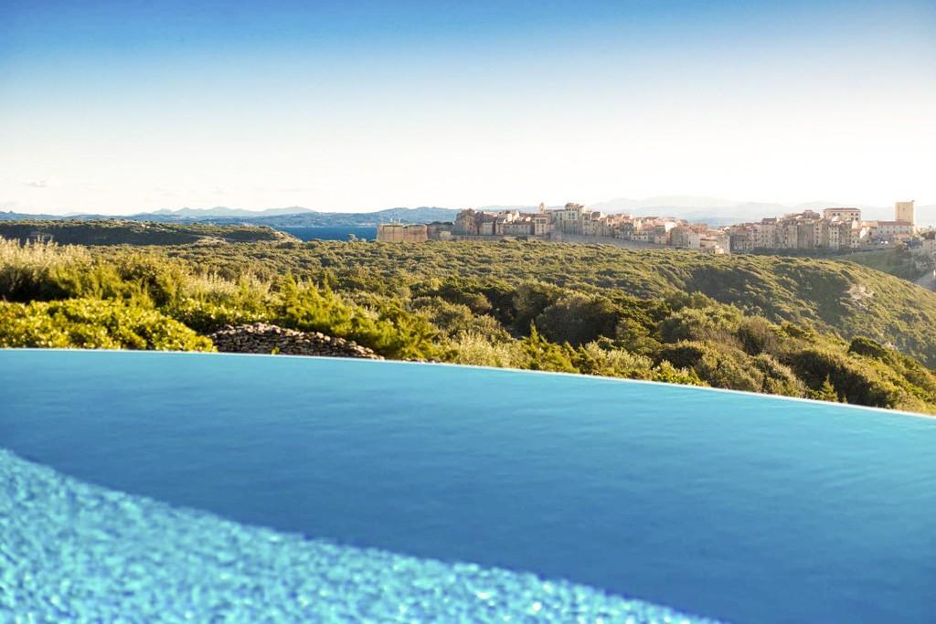 À seulement deux kilomètres de Bonifacio et de ses mythiques falaises, le boutique-hôtel Cala di Greco impose son charme : domaine de trois hectares, vues à couper le souffle et suites avec piscines privées. Coup de cœur pour cette adresse secrète.