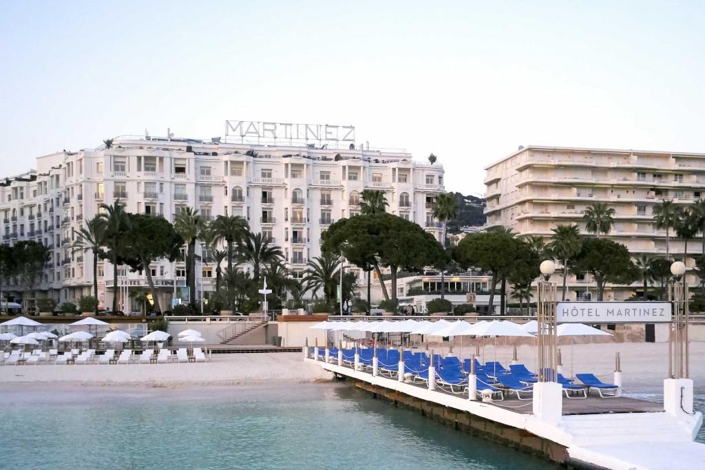 Adresse mythique de la Croisette de Cannes et icône de son Festival du film, le Martinez est l'hôtel des stars et des Années folles. En s'inspirant de l'univers de la mer et en remettant au goût du jour le style Art déco, l'hôtel de luxe, fleuron de la collection Unbound by Hyatt, s'offre une nouvelle jeunesse après 18 mois de travaux pharaoniques.