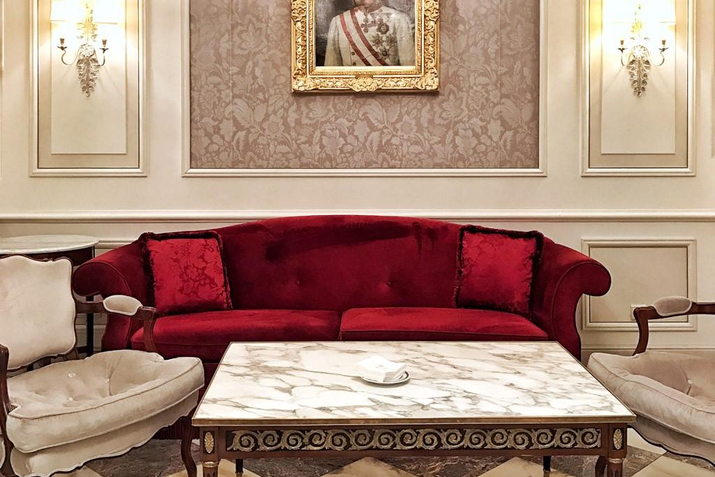 Juste en face du célébrissime Opéra de Vienne, l'Hotel Sacher Wien est depuis son inauguration en 1876 le grand hôtel de référence de la capitale autrichienne. Nous avons eu l'honneur d'y séjourner le temps d'un weekend mémorable.