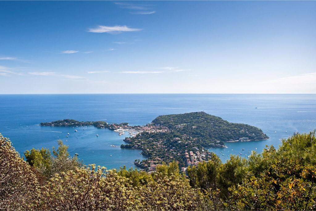 Saint-Jean-Cap-Ferrat, quintessence d'une Côte d'Azur exclusive et glamour, n'est pas seulement un refuge pour milliardaires. La preuve en 5 adresses clés, ou plus si affinités, pour (re)découvrir d'urgence ce petit paradis méditerranéen.