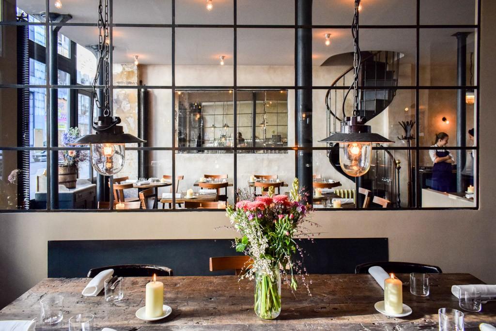 Depuis son ouverture au printemps 2011, Septime, le premier restaurant du très inspiré Bertrand Grébaut, s'est imposé comme l'une des tables les plus courues du Tout-Paris. À juste titre tant il incarne à merveille le restaurant d'aujourd'hui.