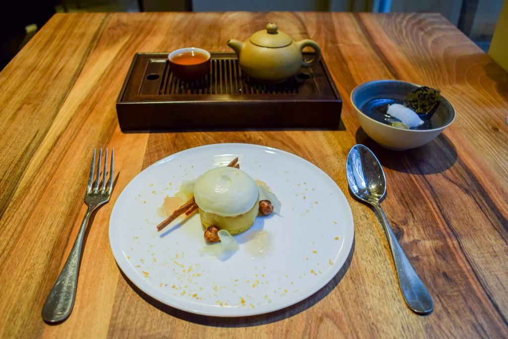 Mélangeant habilement influences françaises et chinoises, le yam'Tcha d'Adeline Grattard propose une véritable cuisine d'auteur, singulière et délicate, à découvrir dans notre liste des 50 meilleures tables parisiennes.