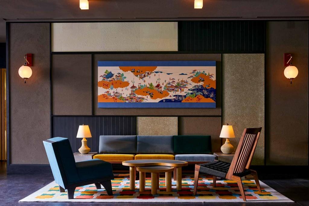 Le Ace Hotel Kyoto, réalisé par l'architecte star, japonais Kengo Kuma, fait souffler un vent de fraîcheur sur la ville. Au programme, design contemporain, atmosphère branchée et nombreux espaces à vivre.