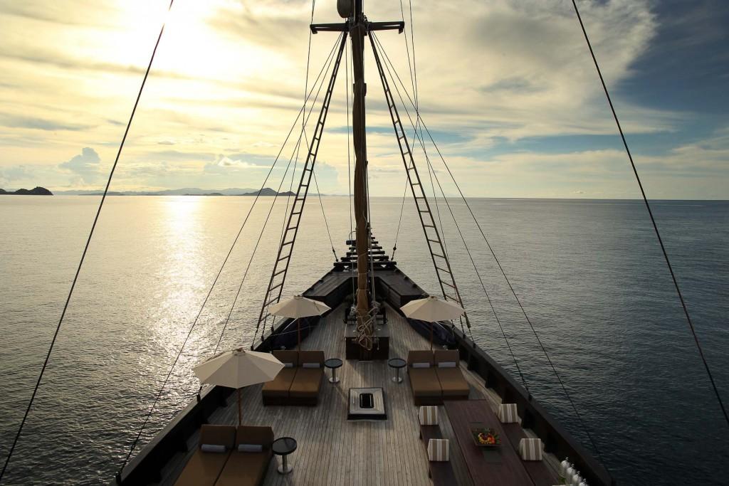 Qui n'a jamais rêvé de prendre le large à bord d'un bateau à voiles ? Construit dans le plus pur style des phinisi traditionnels du Sulawesi, l'Alila Purnama navigue à la découverte des plus beaux spots de l'archipel d'Indonésie. Une croisière intimiste et luxueuse sélectionnée par l'agence Eluxtravel.