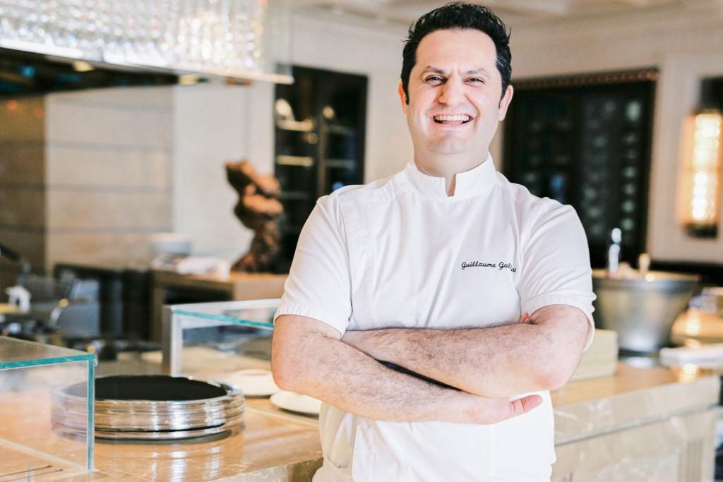 Au Four Seasons Hong Kong, Caprice est l'une des tables les plus prestigieuses de la ville : cuisine triplement étoilée, décors fastueux, vues spectaculaires, service millimétré. Comment fait-on vivre une grande table gastronomique à 10,000 km de Paris ? Réponse avec son chef, Guillaume Galliot.