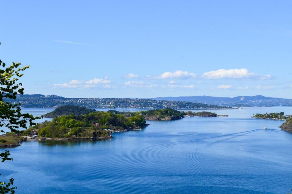 Résolument tournée vers la mer et entourée de forêts denses, traversée de cours d'eau et émaillée de parcs, Oslo, capitale de la Norvège, a été désignée Capitale verte de l'Europe en 2019. On part à la rencontre d'une ville en pleine mutation, créative, à l'avant-garde de l'urbanisme vert et proche de la nature, à travers ses meilleures adresses.