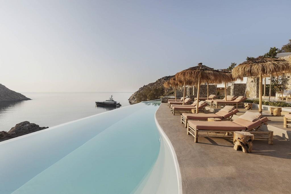 Dominant une petite crique aux eaux crystallines à Mykonos, les 40 suites et villas de The Wild Hotel embrasent la mer Egée à perte de vue, et bénéficient d'une piscine à débordement XXL et d'une plage privée. Visite en images de l'une des toutes dernières pépites hôtelières des Cyclades.