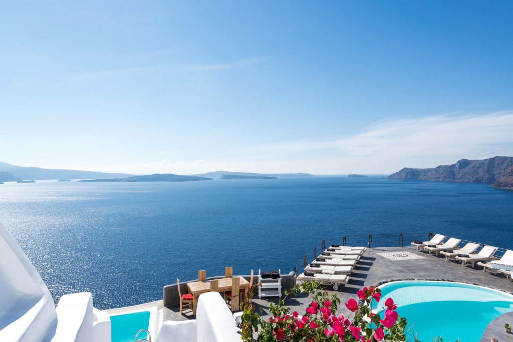 Impossible de détourner le regard de la vue à couper le souffle depuis l'Andronis Boutique Hotel de Santorin. Ses 24 suites avec jacuzzi et piscines privées sont accrochées à la falaise et surplombent la mer Égée.