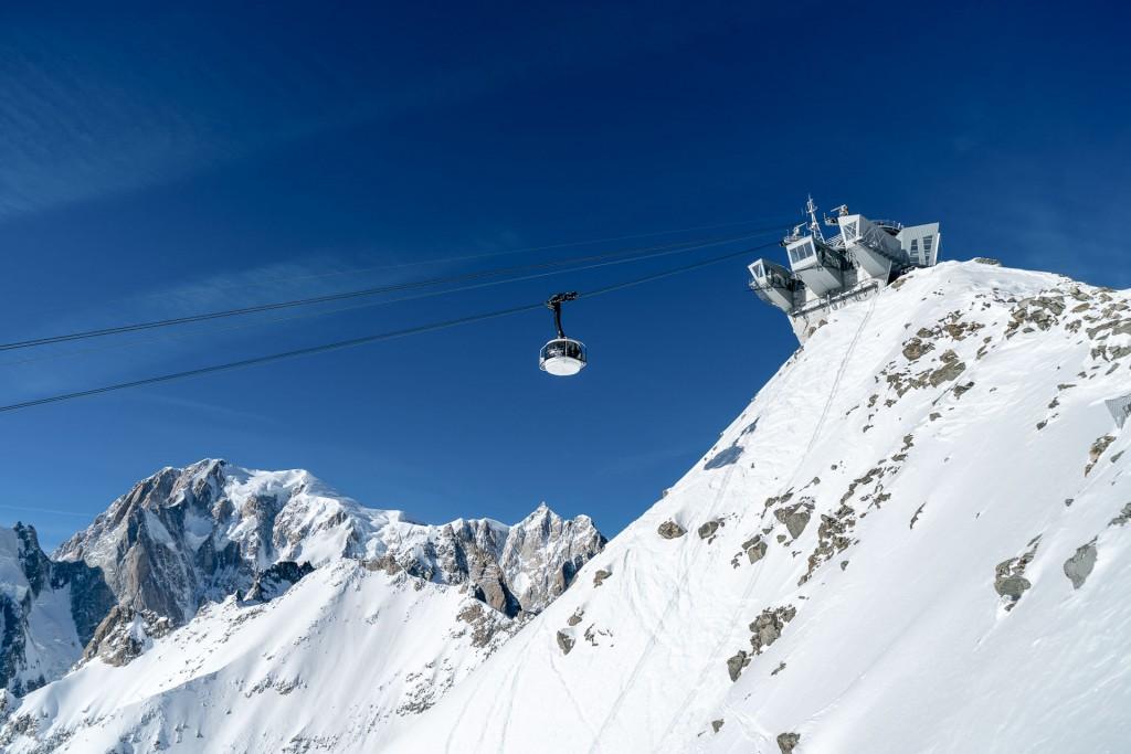 De l'autre côté du Tunnel du Mont Blanc, la Vallée d'Aoste déploie ses charmes hivernaux et accueille skieurs et fines bouches en quête de l'hospitalité italienne. Des pentes de la station La Thuile à la ville romaine d'Aoste, entre beaux hôtels et bonnes tables, YONDER vous emmène skier en Italie.