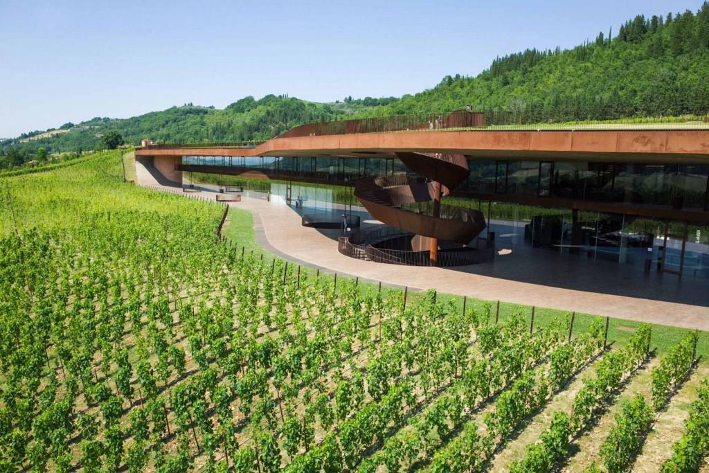 En Toscane, entre les provinces de Florence, Sienne et Arezzo, là où s'élèvent les collines du Chianti, des domaines viticoles historiques innovent, n'hésitant pas à dévoiler des chais d'architectes. Découverte de cinq d'entre eux à l'occasion d'un road trip dans les vignes.