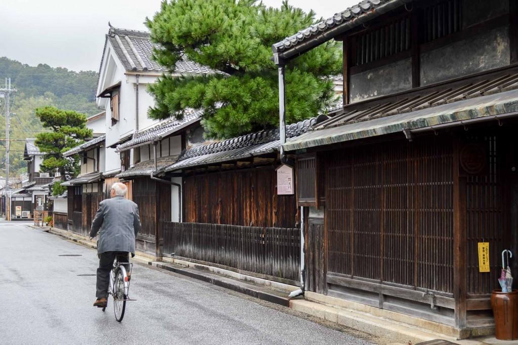 À rebours de ses villes emblématiques, les effervescentes Osaka et Kyoto, on part à la découverte d'un Kansai plus confidentiel. Cette région centrale, l'une des plus densément peuplées du Japon, dévoile milles visages, entre superbes paysages, art de vivre raffiné et artisanat séculaire.