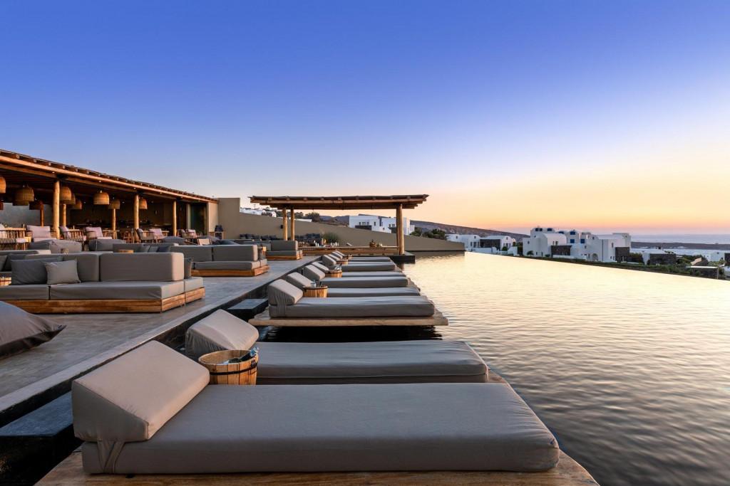 Les couchers de soleil sublimes sont la norme depuis la piscine à débordement de l'Andronis Arcadia, nouvel hôtel 5-étoiles au style bohème-chic en bordure du village d'Oia, à Santorin.