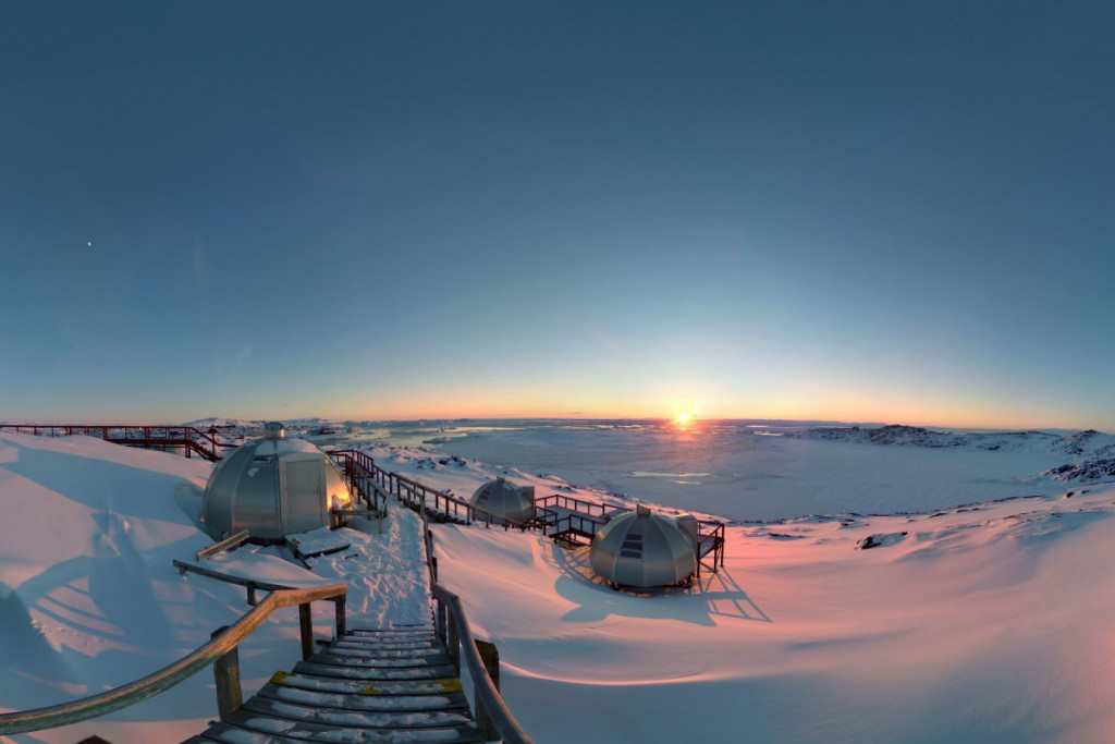 YONDER vous emmène dans le nord du Groenland, à Qaanaaq, à travers une série de vues à 360°. Dans cette première partie, nous retraçons les étapes du voyage depuis le hub aérien de Kangerlussuaq jusqu'à l'arrivée à Qaanaaq.