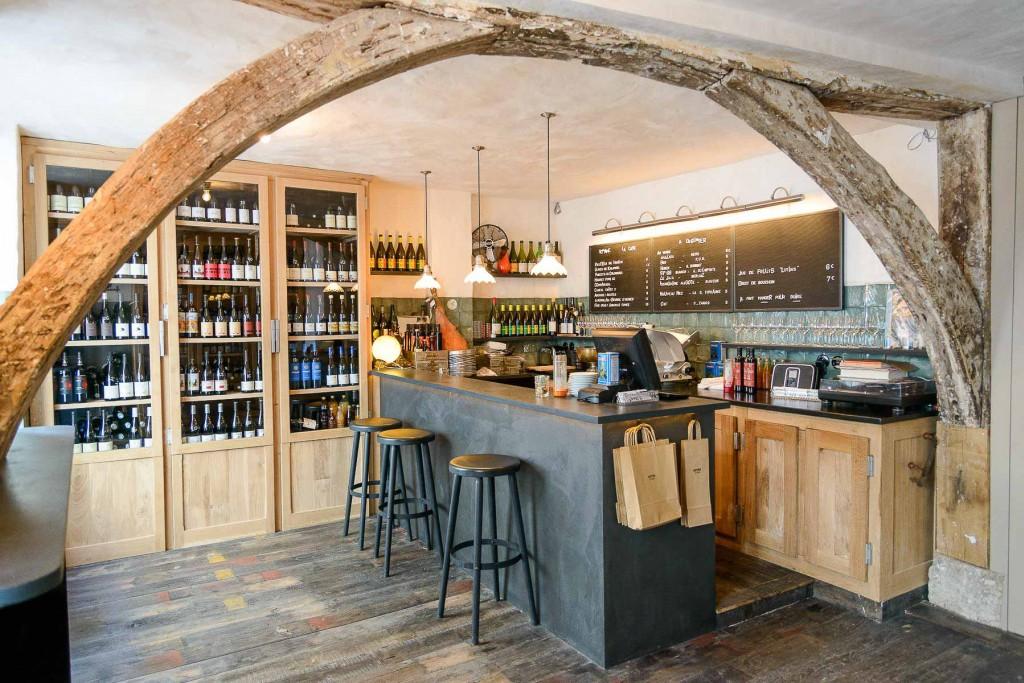 Cavistes ouverts, restaurants fermés, plus personne ne sait à quel vin se vouer ! Voici notre sélection des meilleurs bars à vins naturels et caves à manger ouverts (vente à emporter, click & collect, livraison) à l'heure du déconfinement.