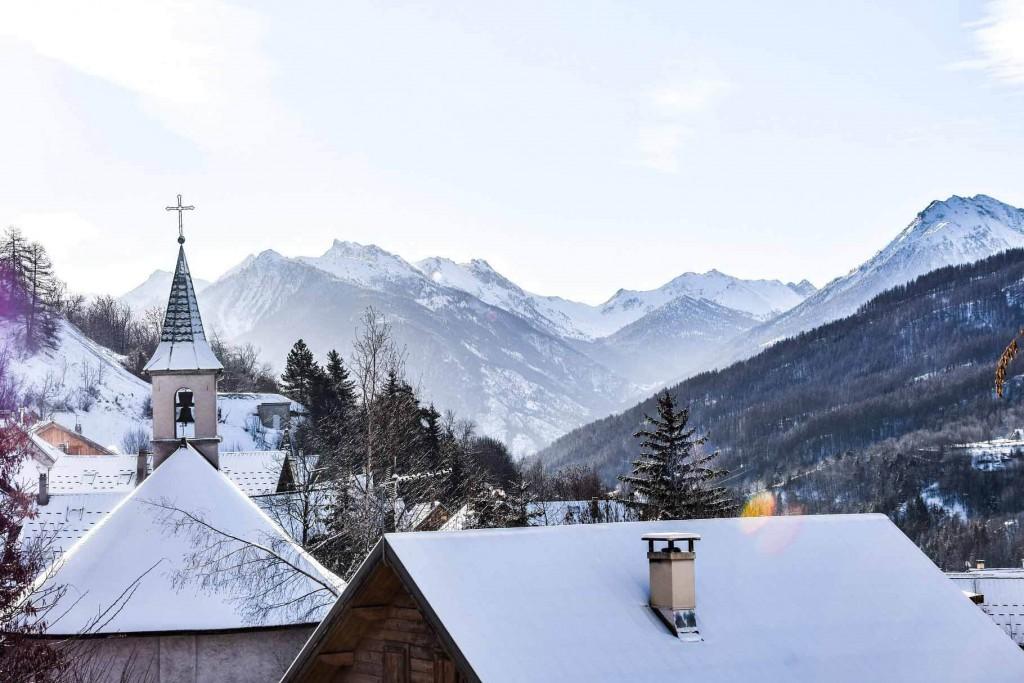 Quelles sont les plus belles stations de ski des Alpes du Sud ? On file dans cette région des Alpes où soleil, authenticité et nature préservée prennent un léger accent méridional pour découvrir ses 10 plus belles stations de sports d'hiver.