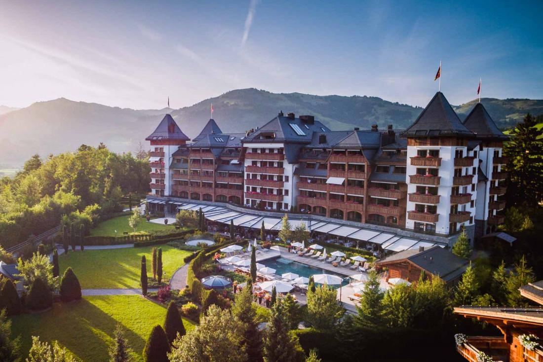 The Alpina Gstaad est entouré par de vastes jardins © The Alpina Gstaad